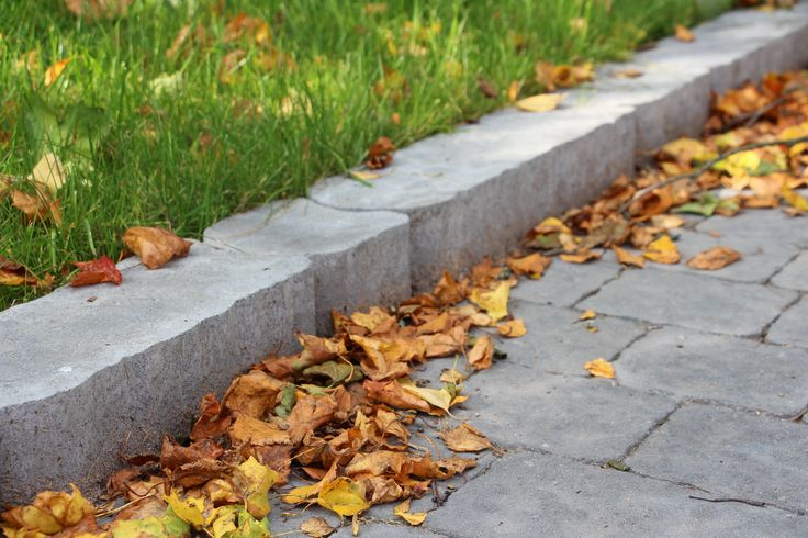 Laineri reunakivi http://www.rudus.fi/tuotteet/pihakivet-ja-maisematuotteet/betoniset-reunakivet/149/laineri-reunakivi
