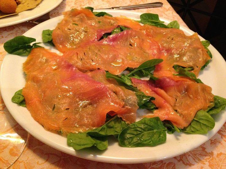 Salmone affumicato Scozzese su letto di spinaci crudi in salsa Vinaigrette