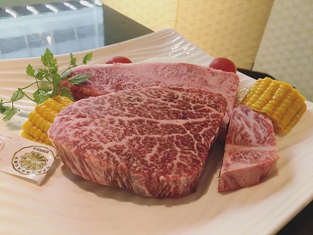 ▶︎ 美味しい神戸牛思い出して お仕事がんばる\\\\٩( 'ω' )و //// . カジュアルにテーブルでいただく ステーキもいいね👍 . 店内は白を基調として 明るいイメージ🌼 ウェイトレスさんの対応が丁寧で すてきでした(*´ω`*) . #グリルKISSHO #ステーキ #ダイニング #鉄板焼 #サーロインステーキ #焼肉 #肉 #ランチ #レディースランチ #神戸 #元町 #神戸ランチ