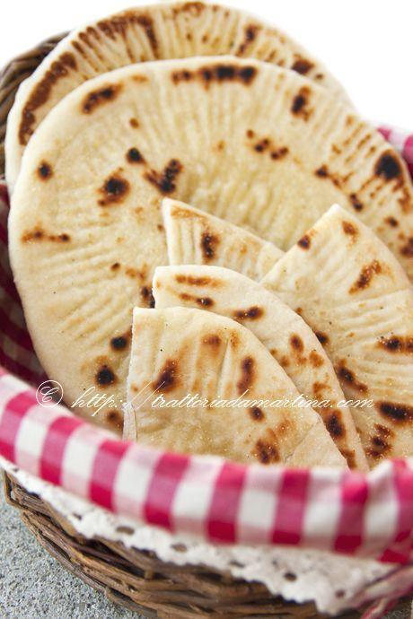 La pita greca è un tipo di pane che contiene olio, rimane soffice e schiacciato, una sorta di piadina più morbida.