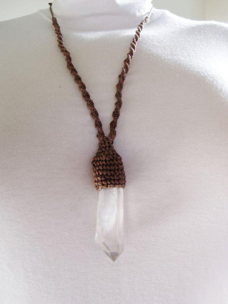Colar com ponta de cristal de quartzo translúcido, castroado no macramê. Unissex e regulável. Dimensões aproximadas da pedra: 6,5 X 1,7 cm