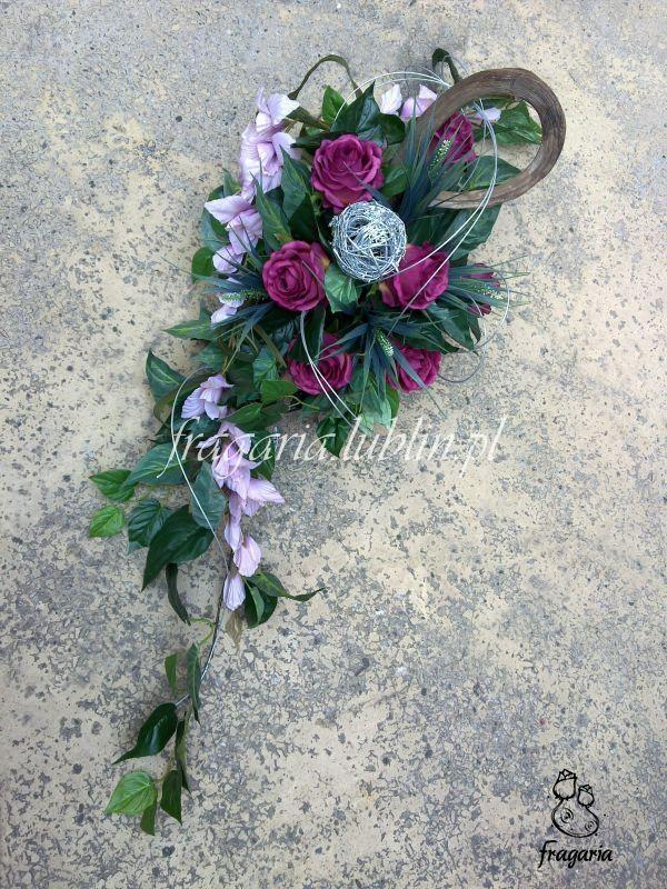 Dwa rodzaje kwiatów: róża, mieczyk. Kolorystyka: stonowana. Dodatki: srebrne i naturalne. Kompozycja: wyciągnięta. Krótko i na temat!? Bo co tu pisać… sami zobaczcie.