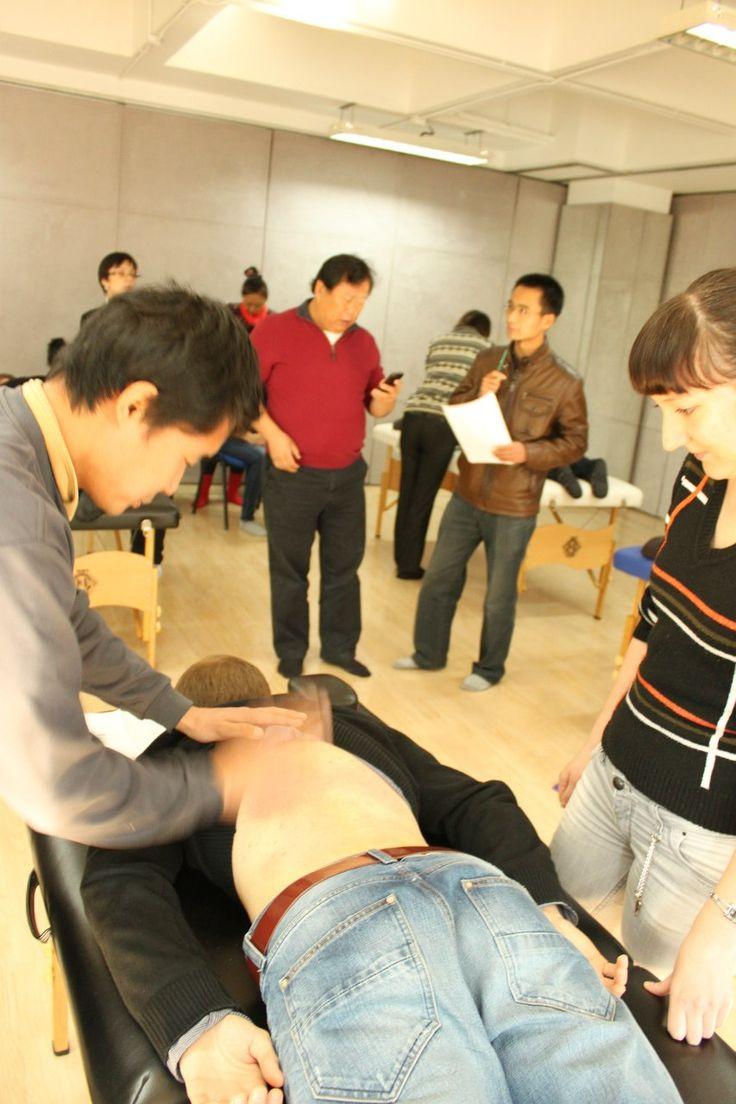 """практический зачет по медицине мыслеобразами в Институте """"Кундавелл"""" в центре фото Сюй Минтан и Лидюн 2010-2011 года, Пекин"""