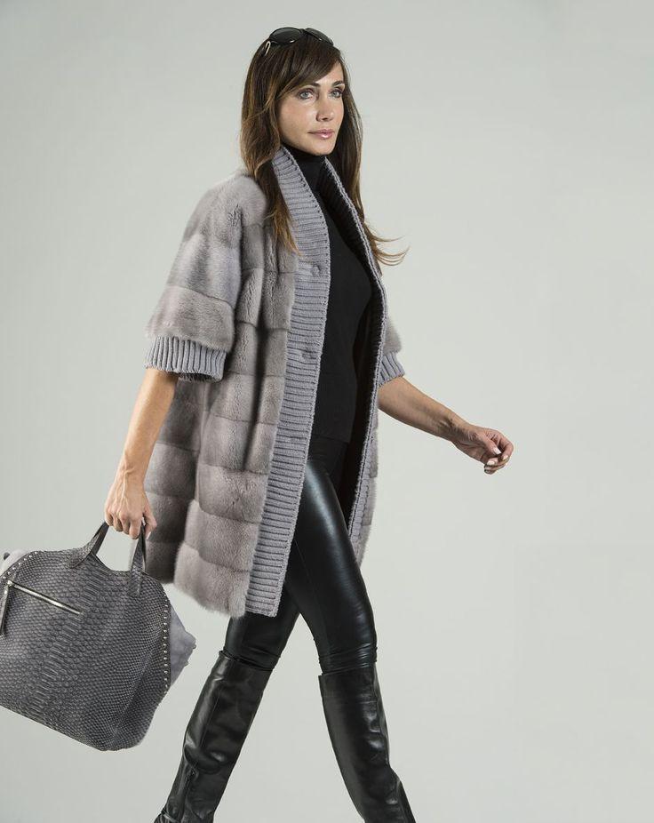 Cappottino Visone zaffiro orizzontale a pelle intera bordato di lana in tinta. Borsa Pitone autentico, color grigio opaco, modello con tracolla staccabile.