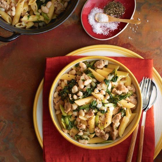 Stevige pasta met witte bonen, andijvie en worst