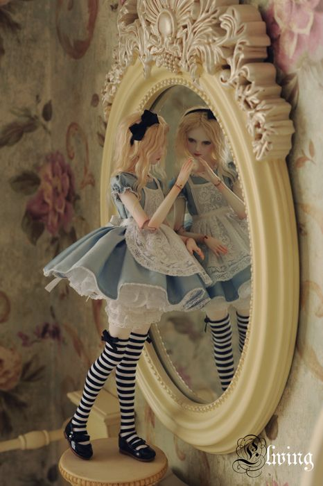 Ball-jointed doll Alice. I like the presentation of this doll too.