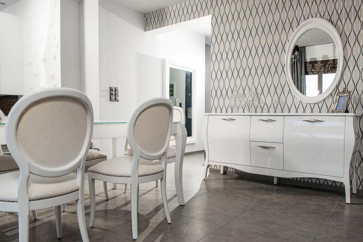 Τραπεζαρία, καρέκλες, μπουφές και καθρέπτης από λευκή λάκα.