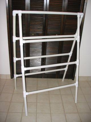 Varal de chão simples, em canos pvc.