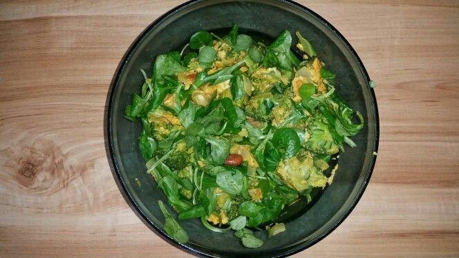 Salade met broccoli, veldsla, ei, ui, amandelen, peper,  zout, kurkuma, gemberpoeder
