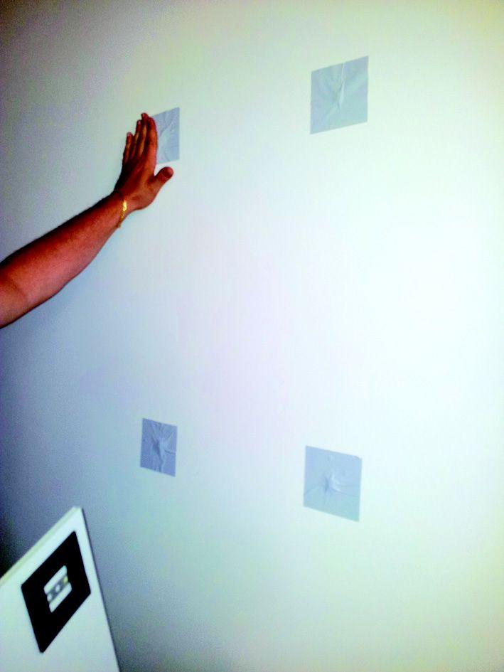 Le toppe adesive con incapsulato il magnete sono fatte in materiale adesivo removibile per muri