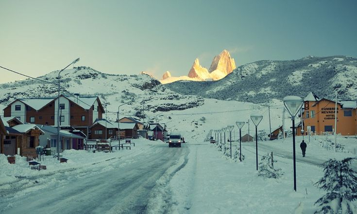 Эль-Чалтен, Аргентина Это окруженное горами место очень популярно среди любителей туристических походов в летнее время. Зимой здесь, кроме местных жителей, практически нет ни души.