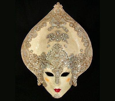 Gemello in argento. Maschera originale veneziana realizzata a mano in cartapesta, decorata con la tecnica dello screpolato (Craquelè) foglia d'oro, pizzo macramè ed impreziosita da cristalli Swarovski e perle. Oggetto anche per decorazione di interni.
