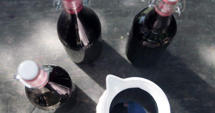 Har du buskarna fulla med svarta vinbär? Gör världens enklaste och godaste saft! På bärmoset som blir över kan du göra en riktigt god svartvinbärspaj med maräng.