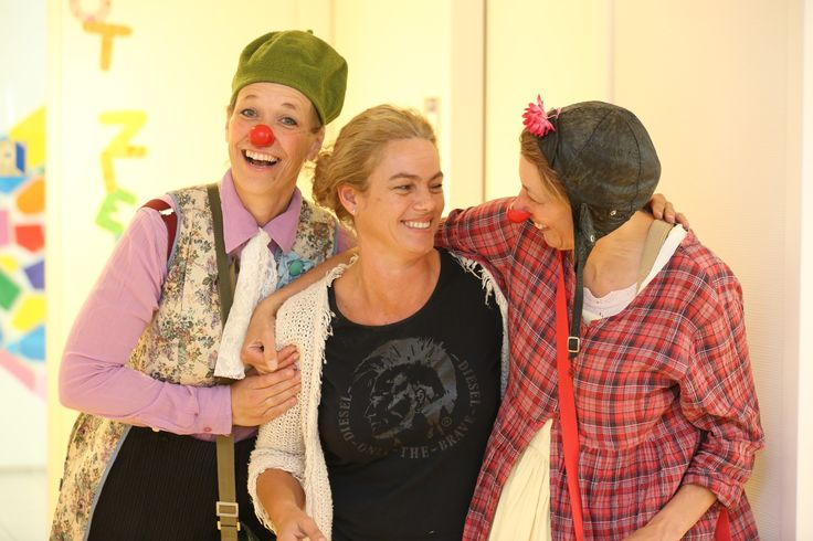 """Pascalle is als Pedagogisch Hulpverlener verbonden aan het Maxima Medisch Centrum in Veldhoven en kijkt wekelijks uit naar het bezoek van de #CliniClowns. Op woensdagen spelen Willeke en Wendy als de clowns Jojo en Blos met de kinderen in haar ziekenhuis. """"Ik zie de clowns als mijn collega's, ook al zijn ze er maar één keer per week. Het proces van onze samenwerking verloopt bijna automatisch, omdat wij elkaar al zó lang kennen."""" #Blog"""