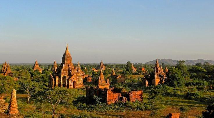 """""""Bagan is het grootste Boeddhistische ruinegebied ter wereld en onmiskenbaar één van de indrukwekkendste plaatsen van Azië.  In een droge vlakte, slechts begroeid met wat palmen, strekt Bagan zich over een oppervlakte van 40 km2 uit. De vlakte is bezaaid met meer dan 2.200 tempels en pagodes."""""""