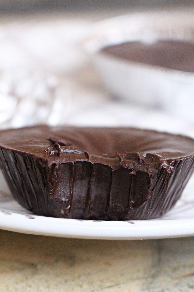 Här har vi en nyttig variant på chokladfudge. Den är så len i konsistensen och supergod, den är väldigt mäktig så häll upp i ischokladformar för det räcker med en liten bit, sen flingsalt över mums! Flingsaltet gör nästan hela fudgen, chokladsmaken kommer mer fram och smaken blir helt underbar! NYTTIG CHOKLADFUDGE 0,5 dl kokosolja [...]