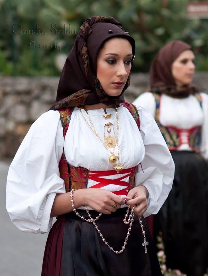 Abito Tradizionale Sardo di Laconi. Ph Claudia Soddu.