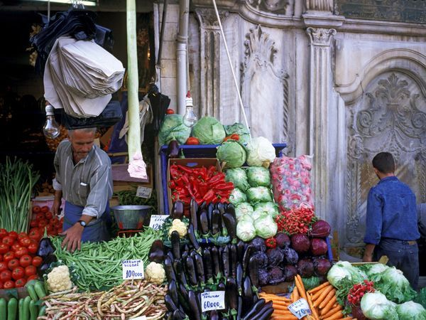 Grocery in Grand Bazzar, Istanbul   Constantinople  Μανάβης στο Μεγάλο Παζάρι, Κωνσταντινούπολη