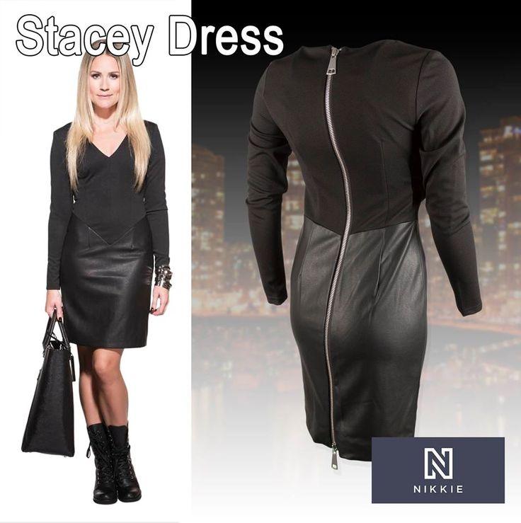 De Stacey Dress van Nikkie Plessen is een opvallende e jurk die een vrouwelijk zandloper silhouet benadrukt. Draag de jurk overdag met een paar stoere biker boots en verruil deze 's avonds voor een paar high heels. In onze webshops vindt u een uitgebreide collectie van Nikkie Plessen. : www.modeon.nl