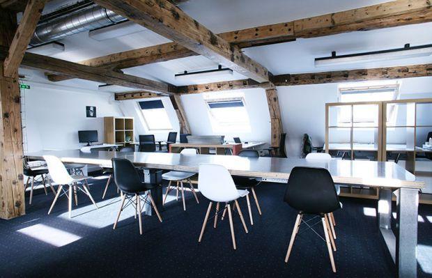 DANS L'ESPACE CO-WORKING DE CHARLES- Snapevent  La mosaïque qui recouvre cet espace de co-working représente la mixité et la diversité. Cet espace de t...