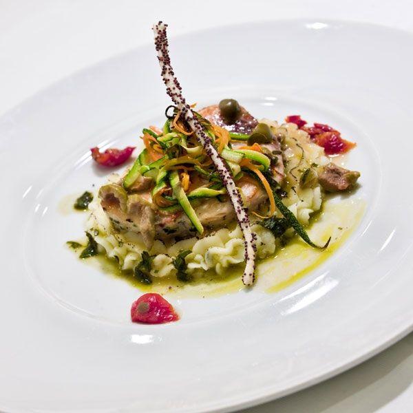 Tournedos di pesce spada picchettato alla menta con capperi, olive e pomodorini su patata duchessa, tagliatelle di ortaggi all'olio extravergine d'oliva e timo fresco , ricetta inserita da Gioacchino Sensale