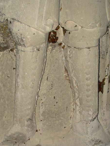 effigy of Hartrad von Schanecken (1351) - laced closed leather cased greaves. Note the major gap between the front and rear pieces.