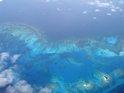 """14.Cayo Bolívar - San Andrés Islas  """"El atolón tiene forma de riñón, posee 6,4 km de largo y un ancho de 3,5 km1 y consiste en 2 cayos del mar Caribe. El primero, denominado East Cay, está sembrado con palmas de coco, arbustos bajos y algunas gramíneas."""" Fuente Wikipedia"""
