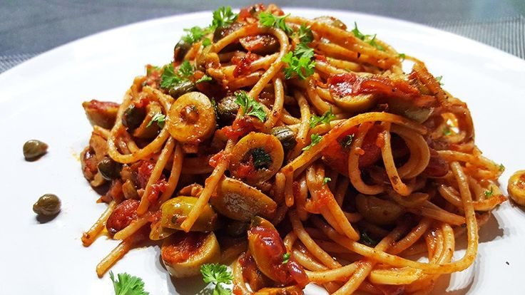 Spaghetti alla Puttanesca (Spaghetti met o.a. tomaten, olijven, kappertjes en ansjovis) #italiaans #recept #recepten #food #diner #koken #eten