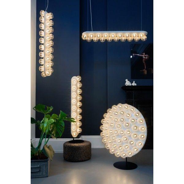 Moooi Prop Light Round vloerlamp LED. De lichtbronnen van deze lamp lijken op die van een spiegel waarvoor je wordt opgemaakt voordat je de show gaat stelen op het podium. @moooi #verlichting #vloerlamp #vloerlampen #lampen #design #Flinders