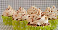 Met dit recept voor vanille botercrème kun je alle kanten op. Als vulling voor een taart of als toef op een cupcake. Ook geef je deze vanille botercrème zo een andere smaak.