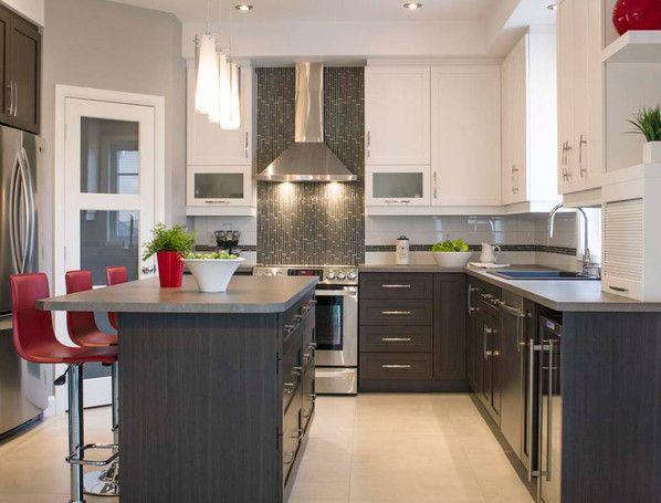 Armoire brune avec un comptoir en arborite des chaises rouges et des armoires blanches - Cuisines blanches ...