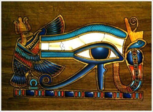 """Ojo de Horus. El dios Horus ( hijo de Osiris e Isis) , fue llamado Horus """" el que gobierna con dos ojos. Su ojo derecho ( blanco) representaba al Sol y el izquierdo ( negro) a la Luna. Según la leyenda Horus perdió su ojo izquierdo en una batalla para vengar la muerte de su padre, pero el dios Thot lo curó y ahí Horus experimentó el renacimiento en el mundo terrenal."""