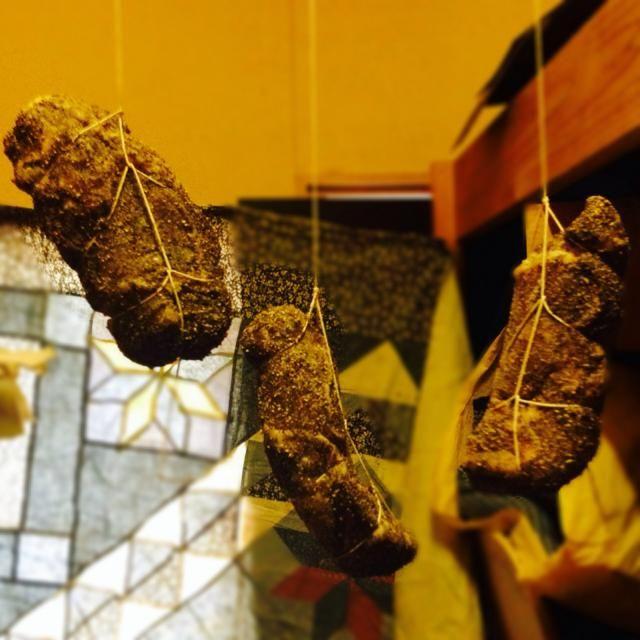 イタリアの生ハム『コッパ』もどきを作ってます。紫外線を浴びると肉の味が落ちるので、遮光したつもりが、透けてました(^^;; 3ヶ月後のお楽しみ( •ॢ◡-ॢ)-♡ - 87件のもぐもぐ - コッパ製作中(●'w'●) by 黒澤 真生