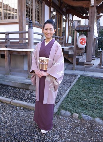 IROMUJI 色無地 jednokolorowe, noszone przez kobiety dowolnego stanu cywilnego, przeważnie na ceremoniach parzenia herbaty. Farbowany jedwab może być zdobiony (rinzu, przypominający żakard), ale nie ma różnokolorowych wzorów. HAORI 羽織 płaszcz do kimono, sięgający bioder lub ud, sprawia, że strój staje się bardziej uroczysty (damskie haori są zwykle nieco dłuższe niż męskie). HAORI w wersji uroczystej zawiera pięć, trzy lub jedno komon. MUJI means 'plain' or 'solid', and IRO means 'color'.