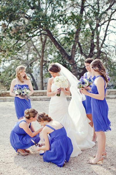 Idée pour un mariage en bleu, les robes des demoiselles d'honneur coordonnées!