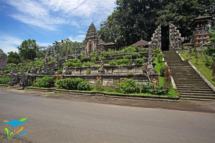 Jika kita benar-benar ingin menyelami keagungan religi dan manifestasinya dalam tatanan arsitektur Bali, maka Pura Kehen yang berada di Kabupaten Bangli ini merupakan salah satu yang wajib dikunjungi. Lokasinya memang cukup jauh, tapi layak ditempuh. More info: http://fantasticbali.com/tempat-wisata/pura-kehen.htm