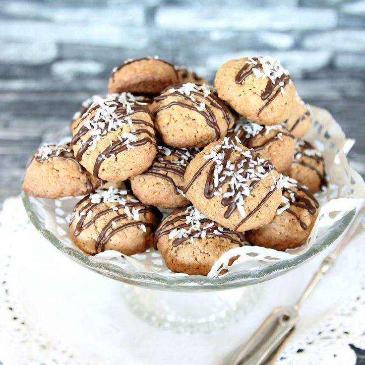 Småkakor med havregryn och riven kokos. Garnera dem med smält choklad och kokos.