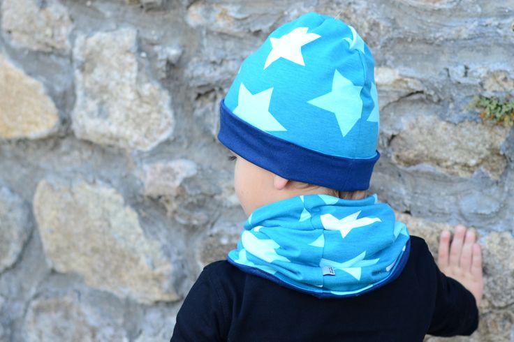 Oboustranná čepice hvězdy na petrolejové vel. 48cm Oboustranná čepice lehce prodlouženého střihu ušitá zúpletů certifikovaných pro děti do tří let. Na jedné straně jsou bílé, světle modré a tyrkysové hvězdy na petrolejovém podkladu, na druhé tmavě modrý úplet. Čepici lze nosit ohrnutou nebo bez ohrnutí. Díky pružnému materiálu se dobře přizpůsobí tvaru ...