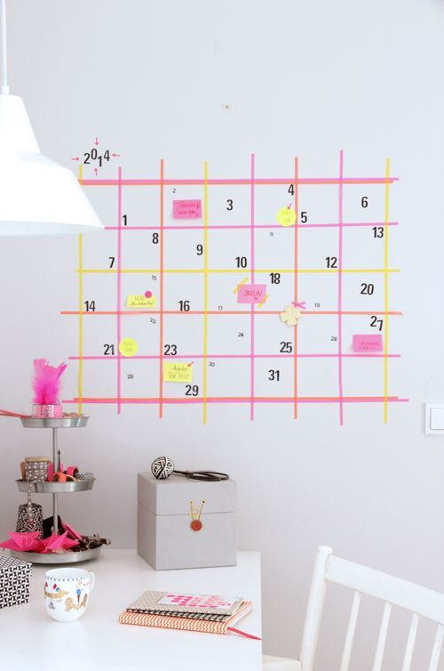 Um pouco de fita adesiva, um pouco de paciência e pronto: você tem um calendário bacanudo na parede. Via