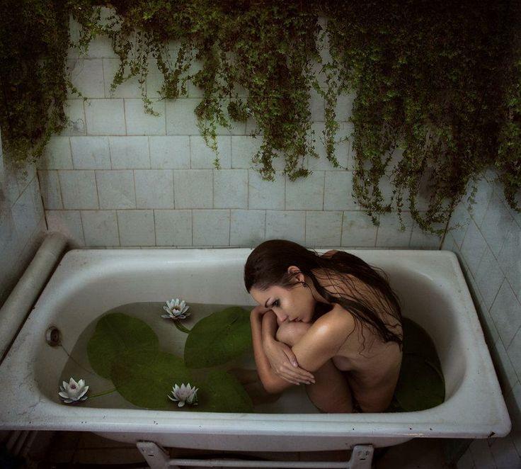 Diana DihazeOdessa, Ukraine - er zit zoveel gevoel in dit beeld. de leegte, de eenzaamheid, het verdriet, de verlatenheid, het viesgeworden water, het raakt je echt. Het is een beetje vreemd, planten kunnen natuurlijk niet binnen groeien enzo, maar het maakt het gevoel sterker, want zo lijkt het alsof ze al heel lang daar in het bad zit.