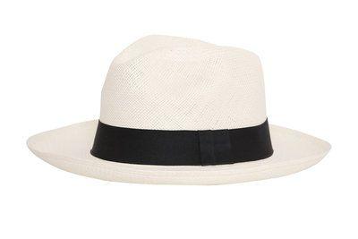 Tijdloos, elegant model witte Fedora hoed met de zwarte band, flexibel rand. Een regelrechte klassieker waarmee u gezien kan worden!  Materiaal: toquillastro (carludovica palmata) Kleur: wit Rand: ...