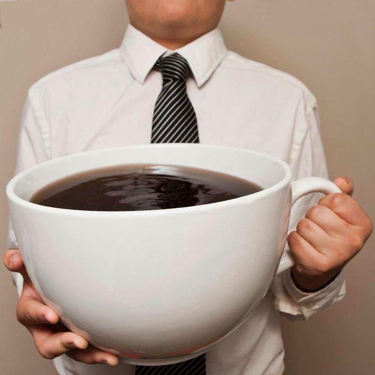 Caffè e tè verde contengono caffeina, una sostanza che accelera in modo naturale il metabolismo. Aggiungere il ghiaccio rende queste bevande ancora più efficaci perchè le bevande ghiacciate raffreddano il corpo e lo costringono ad autoriscaldarsi, bruciando così una quantità maggiore di energia.