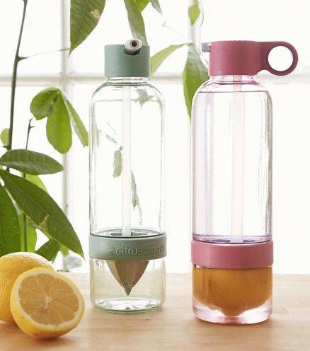 Que vous aimiez les citrons, soif de clémentines ou d'oranges, Citrus Zinger Sport est la bouteille d'eau pour vous. Dotée d'un presse-agrumes intégré. Donnez du goût à votre eau.