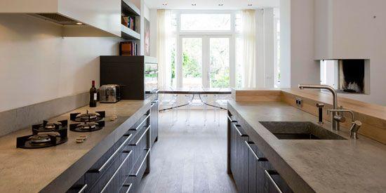 The Living Kitchen B.V. by Paul van de Kooi. Houten fronten, Betonnen aanrechtbladen, Pitt Cooking kookplaat, Eiken houten barblad met waankant