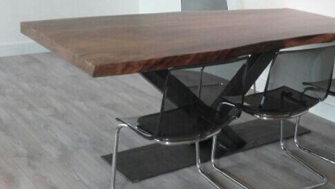 tafel op maat gemaakt door Woodindustries, deze tafel van teakhout is uit 1 stuk hout gemaakt, Woodindustries maakt het.