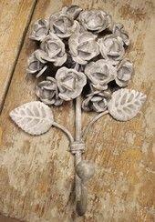 Metal hook, a bunch of Roses - www.la-petite-provence.net