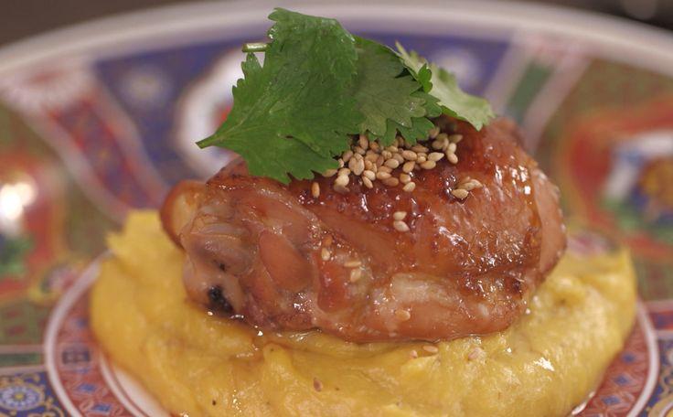 Sobrecoxas de frango agridoce  O segredo da carne está na marinada combinada de mel, molho shoyu e vinagre