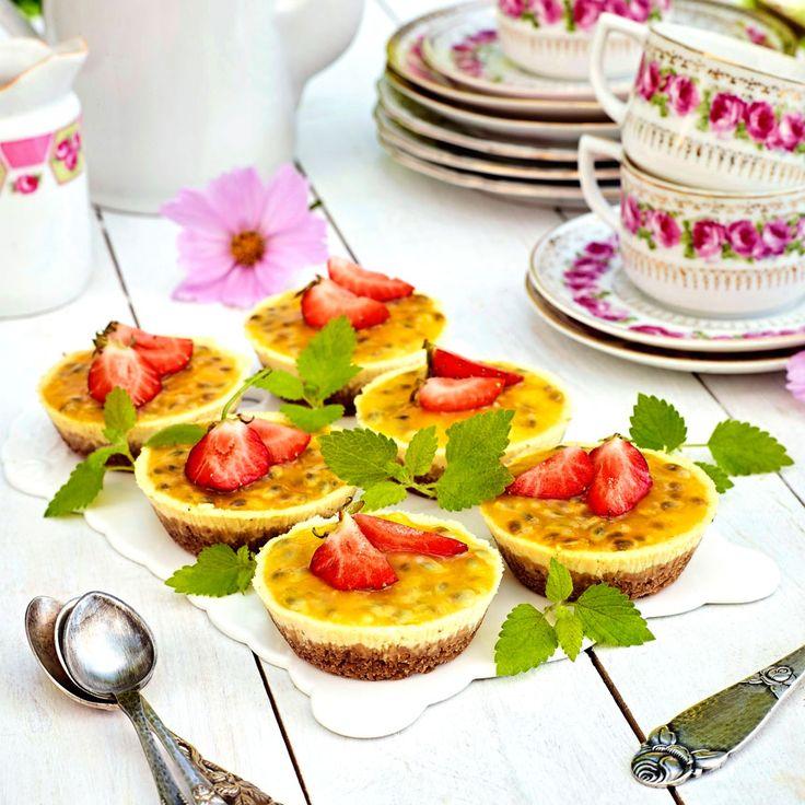 Små cheesecakes med passionsfrukt och jordgubbar.