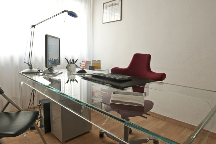 Desk in extra-clear glass.