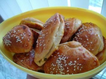 Das perfekte POĞACA-Türkische Teigtaschen-Rezept mit einfacher Schritt-für-Schritt-Anleitung: Mehl in eine Schüssel geben, mit der Trockenhefe vermischen.